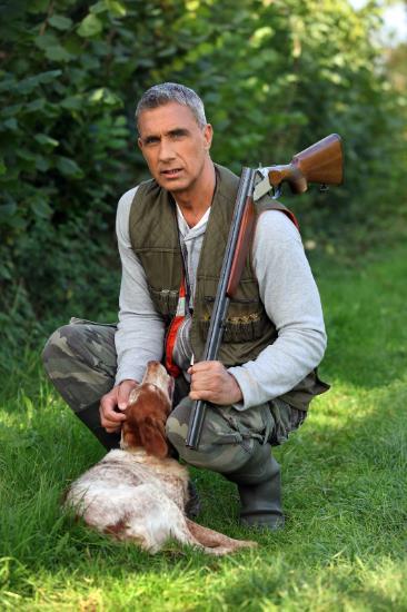 el cazador con su perro